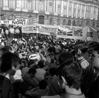 911px-11-12.06.68_Mai_68._Nuit_d'émeutes._Manif._Barricades.Dégâts_(1968)_-_53Fi1037